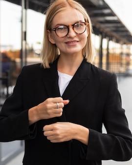 La empresaria mediante lenguaje de señas al aire libre en el trabajo