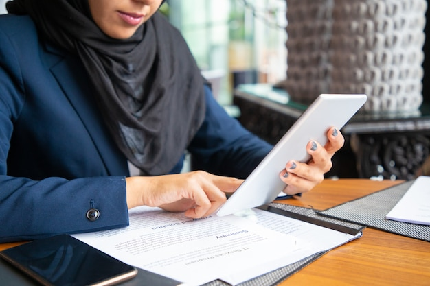 Empresaria leyendo contrato y consultoría internet