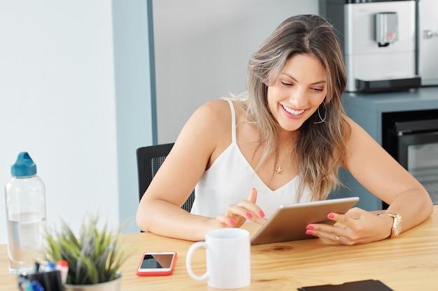 La empresaria leyendo correos electrónicos