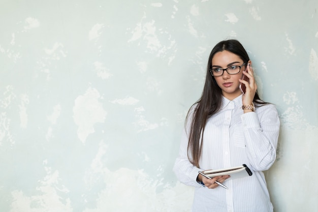 Empresaria con llamada telefónica