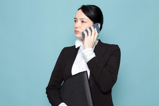 Empresaria llamando y sosteniendo la carpeta