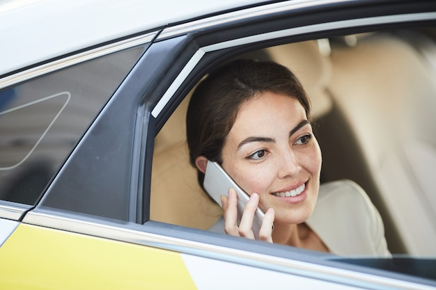 Empresaria llamando desde taxi