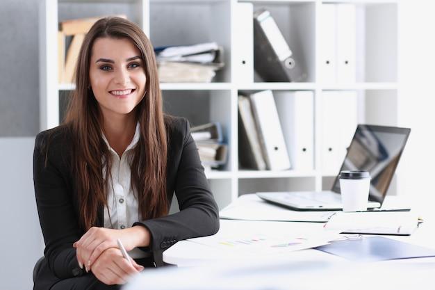 Empresaria en el lugar de trabajo en el retrato de la oficina