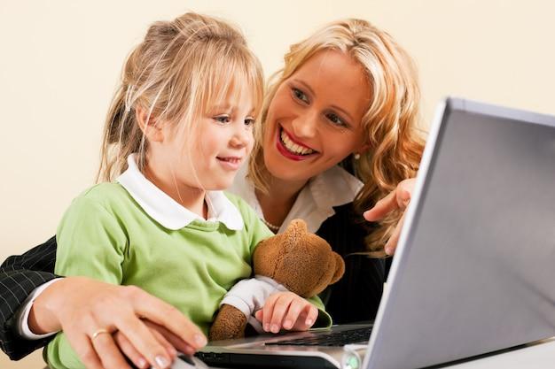 Empresaria y madre mostrando al niño internet.