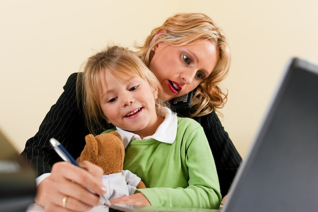 Empresaria y madre trabaja en casa.