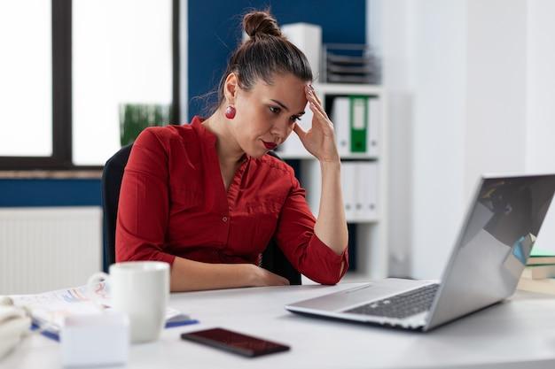 Empresaria molesta frustrada enojada que tiene problema con