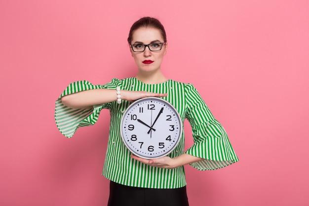Empresaria con moño y relojes