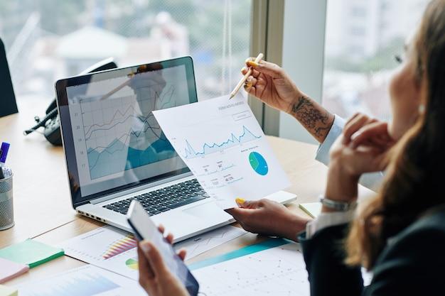 Empresaria mostrando estadísticas financieras