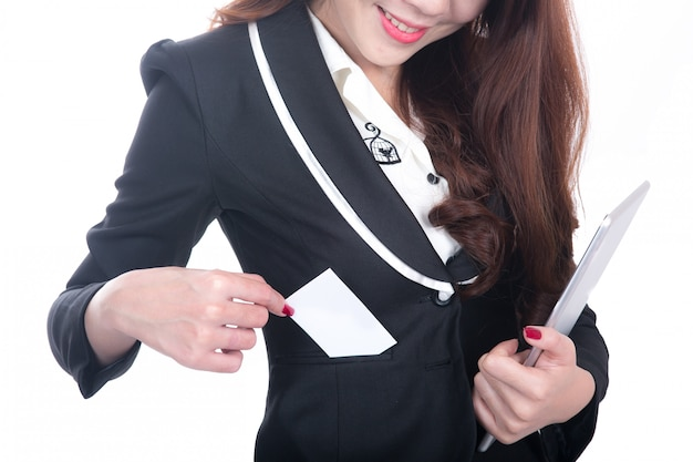 La empresaria muestra la tarjeta en blanco y sostiene la tableta