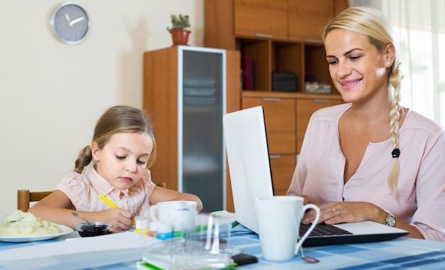 Empresaria, navegación, internet, en casa, hija, dibujo a lápiz