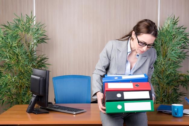 Empresaria ocupada en la oficina bajo estrés