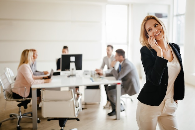 La empresaria ocupada en la reunión de la oficina de la empresa