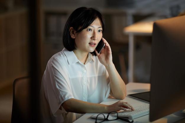Empresaria ocupada con su trabajo