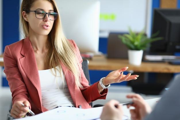 La empresaria en la oficina se comunica con su colega en el trabajo. consultoría empresarial para el concepto de pequeña empresa