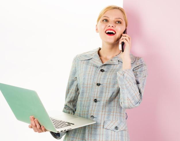 Empresaria con ordenador portátil y smartphone. dispositivo digital. trabajar desde casa.