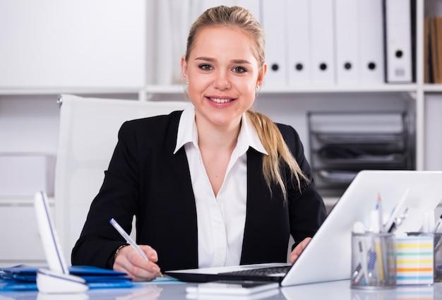 Empresaria con ordenador portátil