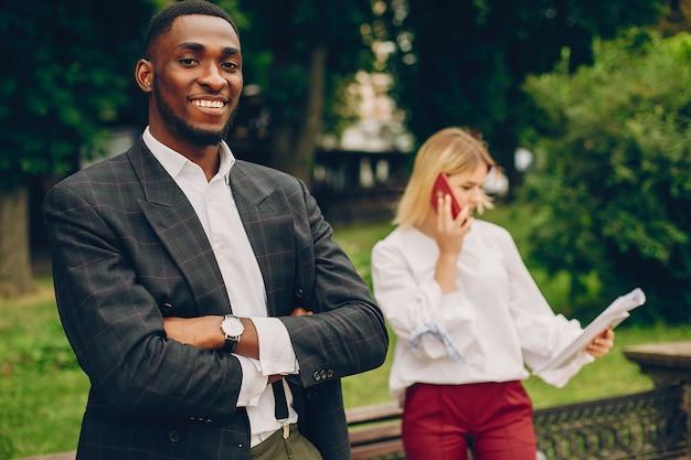 Empresaria con pareja en una ciudad.