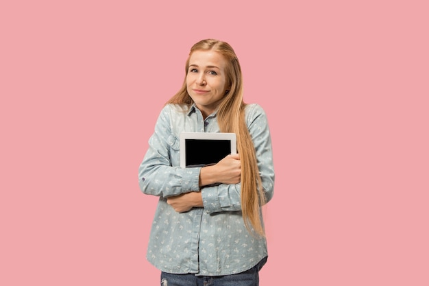 Empresaria con portátil. amor al concepto de computadora. retrato frontal de medio cuerpo femenino atractivo, fondo de estudio rosa de moda. joven mujer emocional.