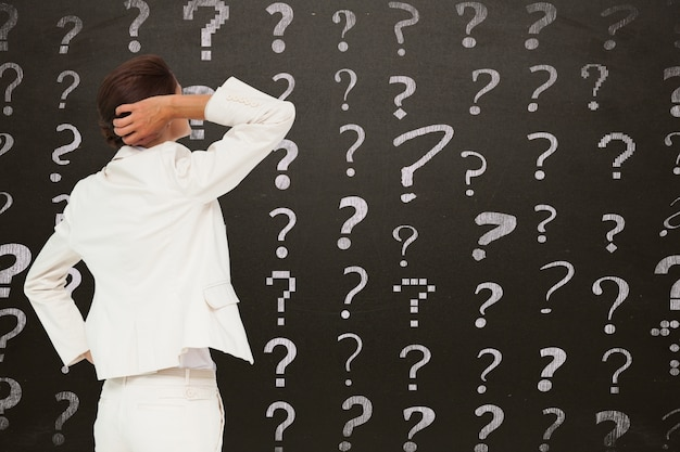 Empresaria con preguntas