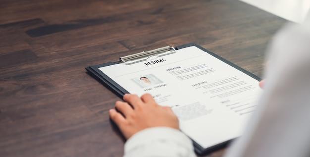 La empresaria presenta currículum sobre el escritorio