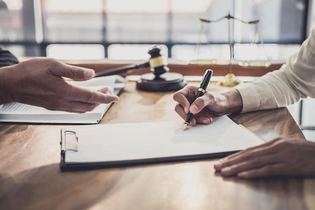 Empresaria profesional y abogados masculinos trabajando y discutiendo en un bufete de abogados.