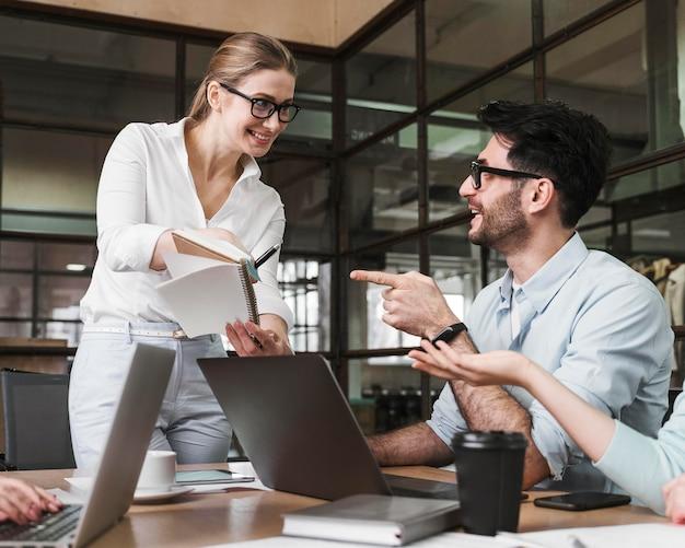 Empresaria profesional con gafas durante una reunión con sus colegas
