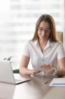 Empresaria que analiza declaraciones en la tableta