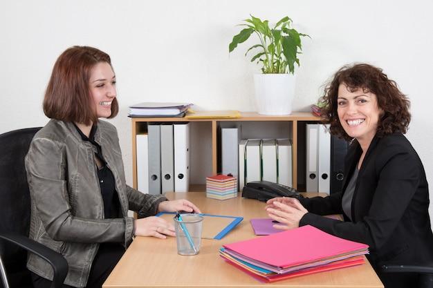 Empresaria que entrevista al solicitante de empleo femenino en oficina