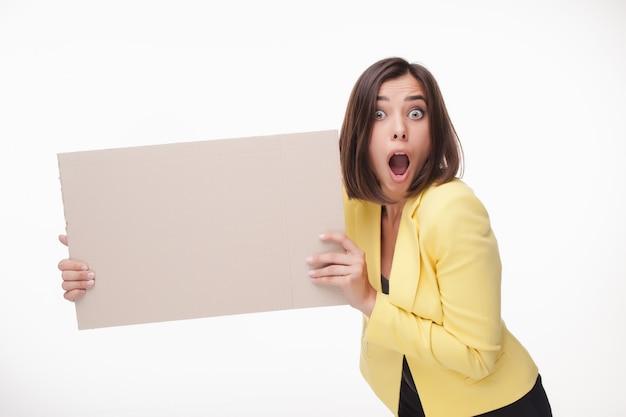 Empresaria que muestra el tablero en blanco