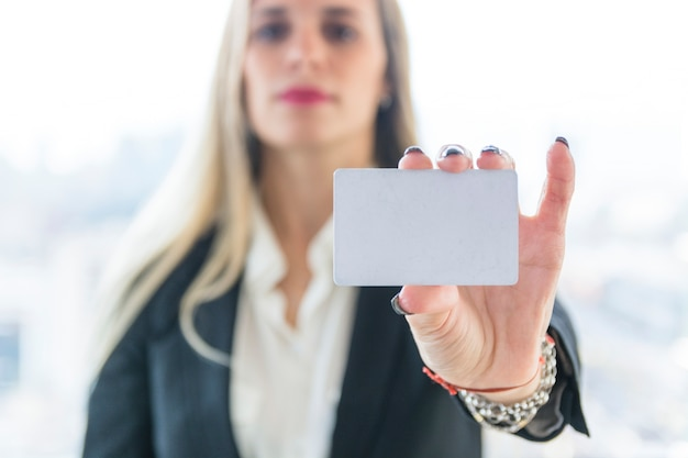 Empresaria que muestra la tarjeta de visita en blanco