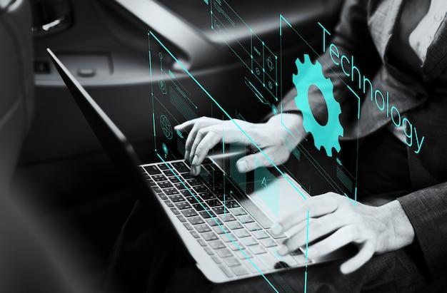 Empresaria que trabaja en una computadora portátil en un coche