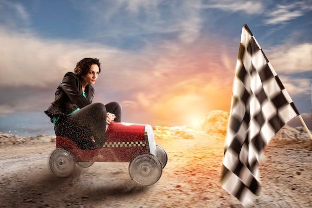 La empresaria rápida con un coche gana contra los competidores. concepto de competencia y éxito empresarial