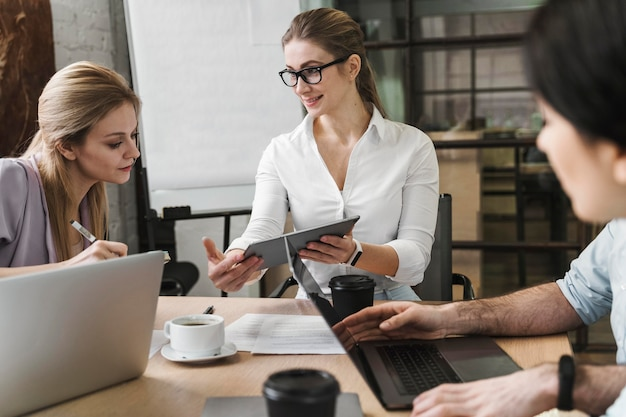 La empresaria durante una reunión profesional con sus compañeros de equipo