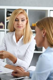 Empresaria durante una reunión