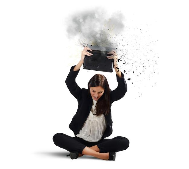 La empresaria rompe su computadora portátil
