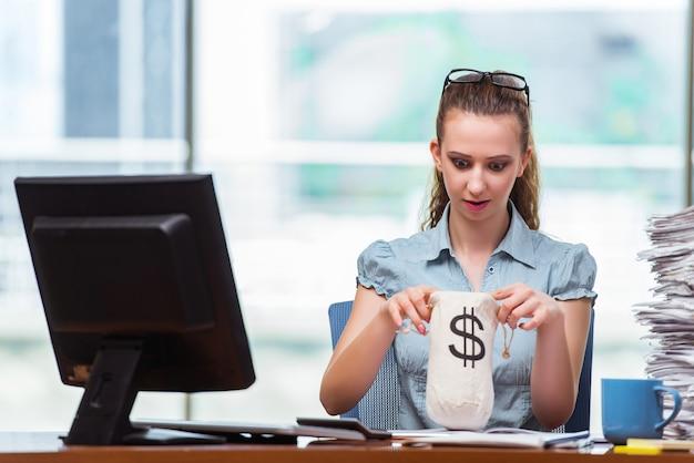 Empresaria con sacos de dinero en la oficina