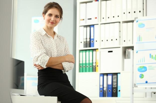 Empresaria sentada en el lugar de trabajo