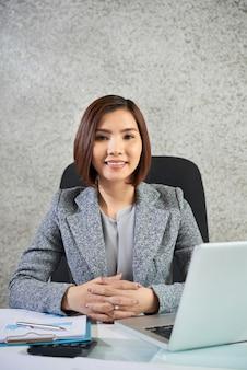 Empresaria sentada en su lugar de trabajo