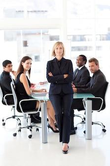 Empresaria seria con los brazos cruzados en una reunión