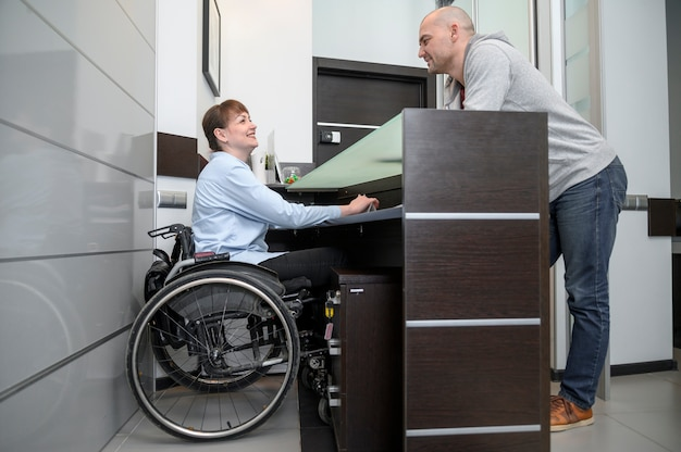 Empresaria en silla de ruedas y hombre larga vista