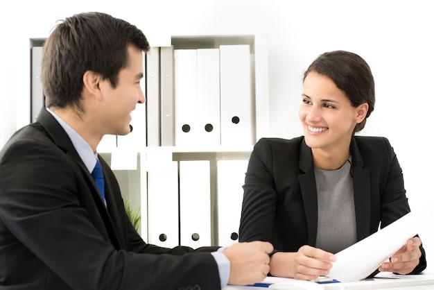 Empresaria sonriendo a su colega en la reunión