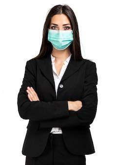 Empresaria sonriente aislada en blanco con una máscara, concepto de coronavirus