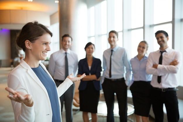 Empresaria sonriente con el equipo