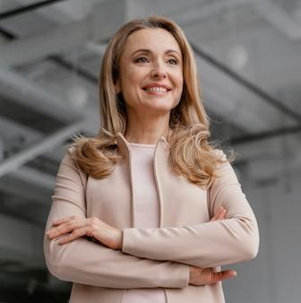 Empresaria sonriente posando con los brazos cruzados