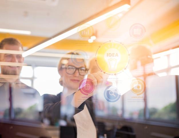 Empresaria sonriente que toca la carta de negocio virtual en la pantalla