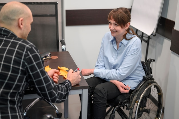 Empresaria sonriente en silla de ruedas