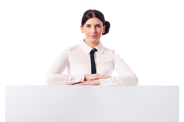 Empresaria sonriente con tablero blanco vacío