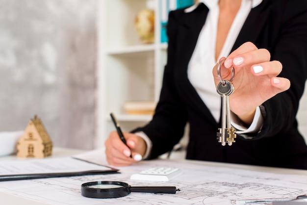 Una empresaria sosteniendo unas llaves