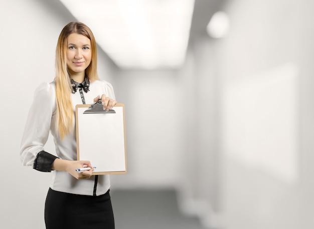 Empresaria sosteniendo un portapapeles
