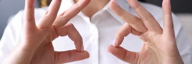 La empresaria sostiene su dedo en gesto de ok. concepto de soluciones empresariales exitosas